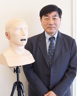 稲永代表と、開発した人工耳・人工口を内蔵したダミーヘッド