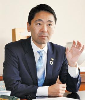 インタビューに答える松尾市長=昨年11月29日、市役所
