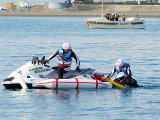 水上バイクでの救助訓練の様子