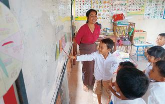 寺子屋で学ぶ子どもたち