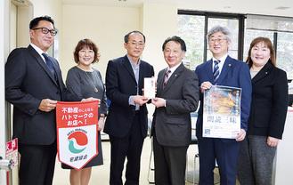 加藤事務局長(中央左)と徳増支部長(中央右)