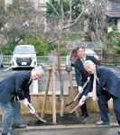 玉縄桜を植樹する田中会長(右から2番目)ら