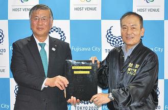 鈴木市長(左)に手渡す大津代表