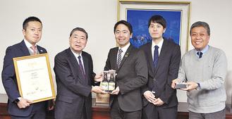 受賞を報告する澤田さん(右から2人目)ら