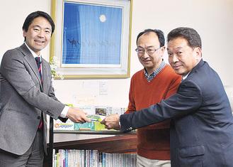 左から松尾市長、近藤さん、稲田代表理事