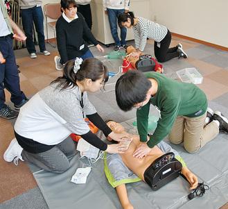 専用のキットを使い心肺蘇生法を体験