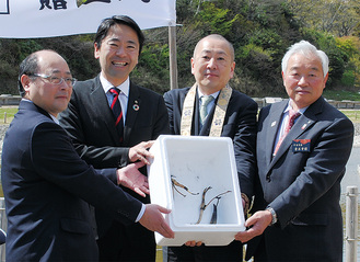 株を手にする松尾市長(左から2人目)