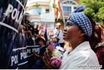 「国際女性デー」の日、デモを抑えつけようとする武装警察と対峙し、社会正義の確立を祈る女性