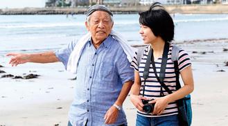 映画のワンシーン。老漁師を演じた加藤さん(左)と新人女優の宮崎勇希さん