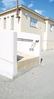 段差ができた由比ヶ浜のトイレ(5月17日撮影)