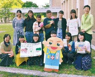 渡邉代表(前列左)と中谷教授(後列右)、ゼミの学生ら