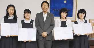 賞状を手に笑顔の音楽部と松尾市長