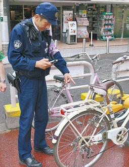 鎌倉駅前の駐輪場を巡回する警察官