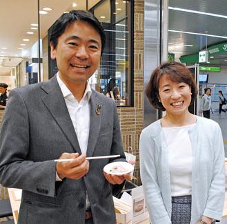 海藻ポークを手にする松尾市長と矢野さん