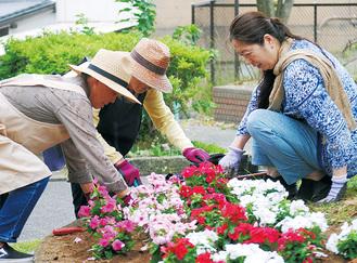 地域住民と花壇に花を植える利用者