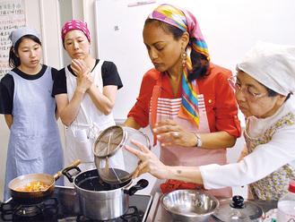 スザンヌ大使夫人(右から2番目)と参加者