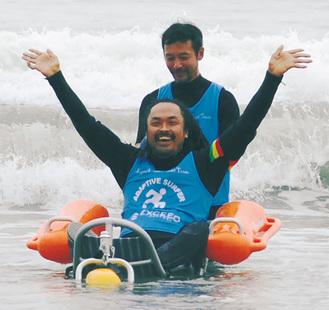 水陸両用車椅子に乗りながら、海に入る喜びを体で表現する生方さん