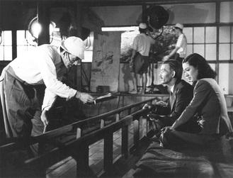 『晩春』撮影時の小津安二郎(左)と笠智衆(中央)、原節子写真提供=公益財団法人 川喜多記念映画文化財団
