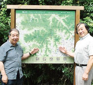案内板を紹介する市川代表(左)と瀧下代表