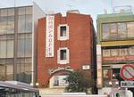 鎌倉駅東口目の前。赤いレンガ調のビルが目印