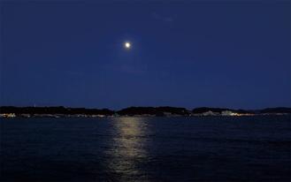由比ガ浜に浮かぶ月光