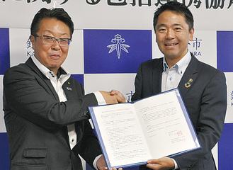 清水頭執行役員(左)と松尾市長
