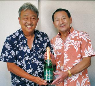 ボトルを手にする柿澤組合長(左)と桑原組合長