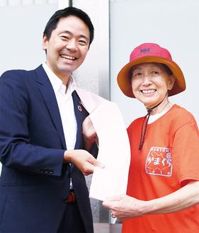 松尾市長が当日使うタスキに署名