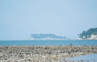 和賀江島から江ノ島を望んだ景色