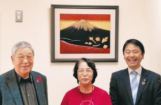 作品と腰越社協の小川会長(左)ら