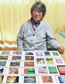 色鮮やかなポストカードを紹介する原田さん