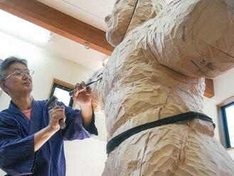 一彫一彫魂込めてノミを叩き仏像を作り上げる大森さん