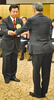 表彰式での金子署長(右)と受彰者
