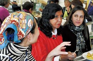 食事を楽しむエルナンデス全権公使(右)