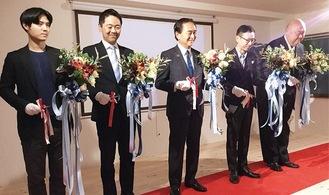 黒岩知事(中央)と柳澤社長(中央右)