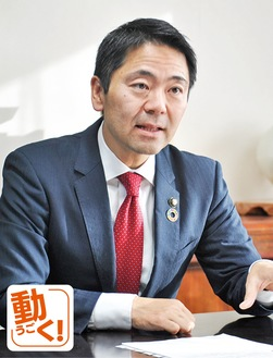 質問に答える松尾崇市長=昨年12月16日、市役所