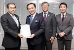 昨年1月18日、JR東日本本社を訪れ、「村岡新駅」の設置を正式に要望した黒岩祐治県知事、鈴木恒夫藤沢市長、松尾崇市長。2020年度中にも概略設計の成果が出され実現性が協議される