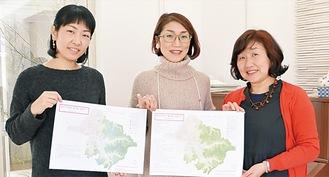 完成したマップを手にする光成さん(左)、小林さん(中央)、市村さん