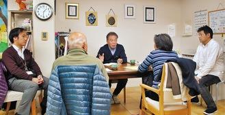 稲田代表(中央)から話を聞く参加者