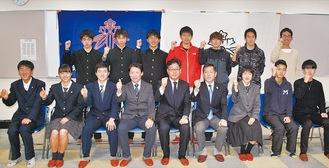 結団式でガッツポーズを見せる選手、関係者=1月24日鎌倉武道館