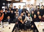 報告会では支援者が西川さんを祝福した