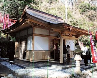 初午祭に多くの参拝者が訪れた建て替え後の拝殿