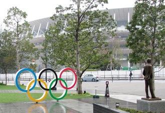 五輪シンボルと新国立競技場、クーベルタンの像