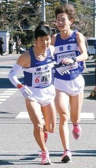 最終7区でたすきを受け取る金子選手=鎌倉市陸上競技協会提供