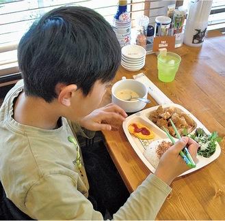 市内飲食店で食事する小学生(今年3月)