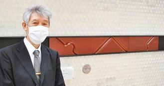 抽象的なモチーフの現代作品「線」と制作者の遠藤英明さん