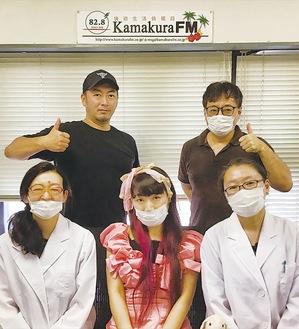 前列左からパーソナリティの樋口一さん、7月のゲスト荒木巴さん、「顧問」の高山由香さん