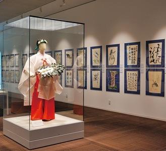 過去の作品と夏越舞の巫女衣装等も展示