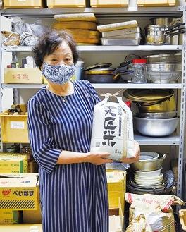 渡邉代表と、集まった食品を管理するフードバンク