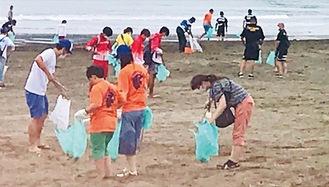 セレモニー後は参加者らで海岸清掃を行った